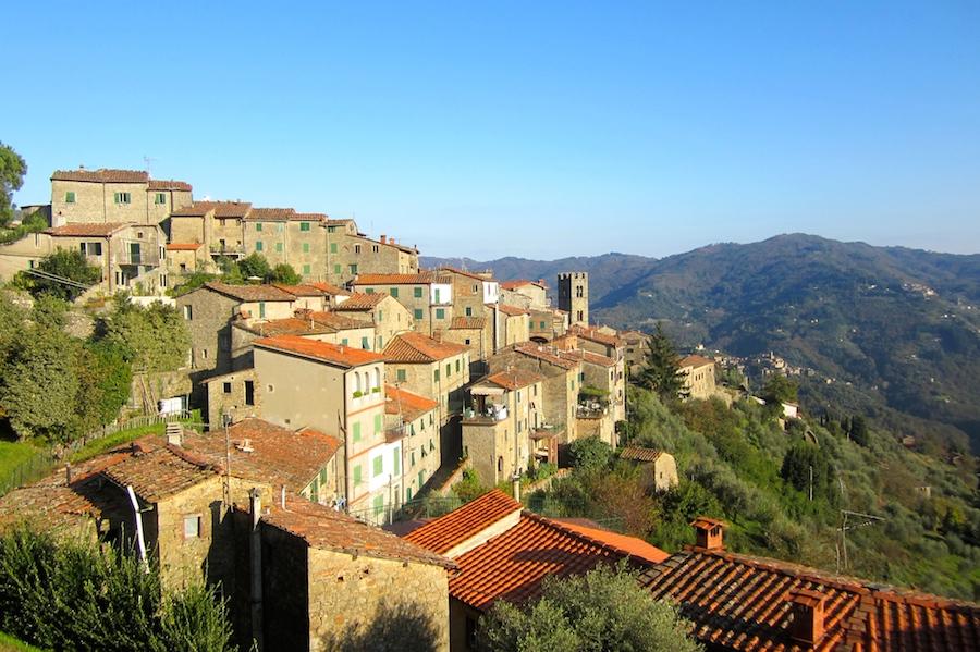 """La """"petite Suisse"""", la Svizzera Pesciatina, des magnifiques villages perchés dans les montagnes entre Lucca et Montecantini Terme. Depuis le village de Potitto, beau panorama des autres villages perchés."""