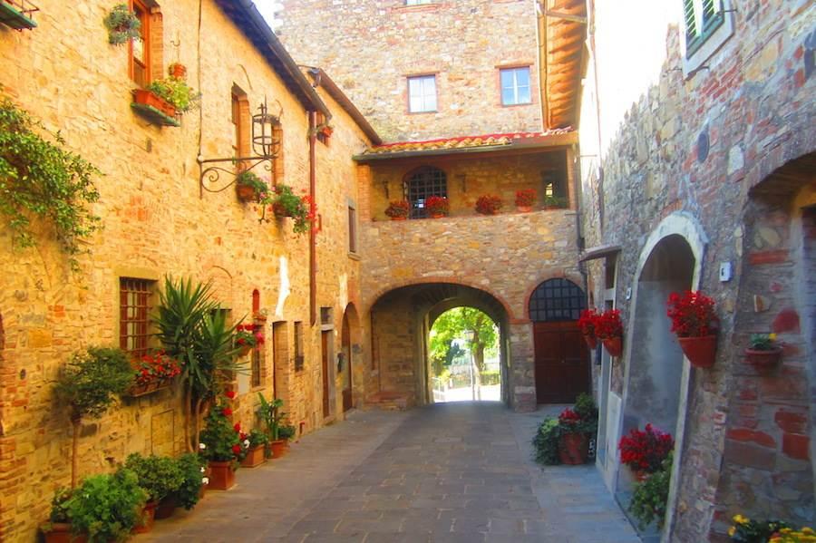 Les rues de Montefioralle, passages voûtés, maisons-tours, une rue circulaire où le célèbre navigateur Amerigo Vespucci est supposé avoir vu le jour. Ⓒ María Calvo.
