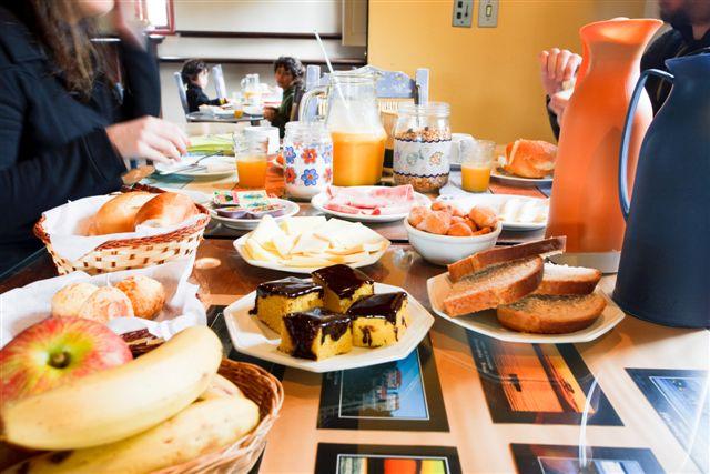 Un délicieux petit déjeuner dans un auberge de jeunesse en Toscane.