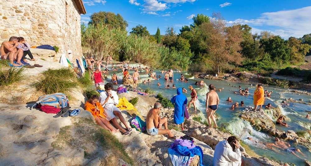 Les bagni di Saturnia, des termes naturelles très prisées par les touristes. Franz rossman.