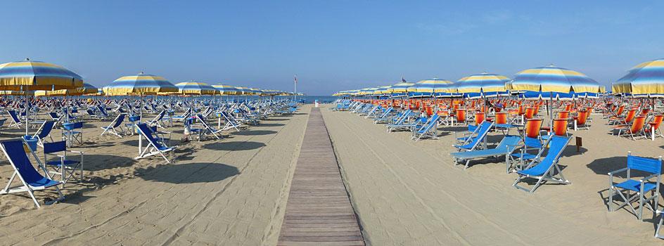 Plage de VIareggio avec ses transats et sa largeur mediterranée.