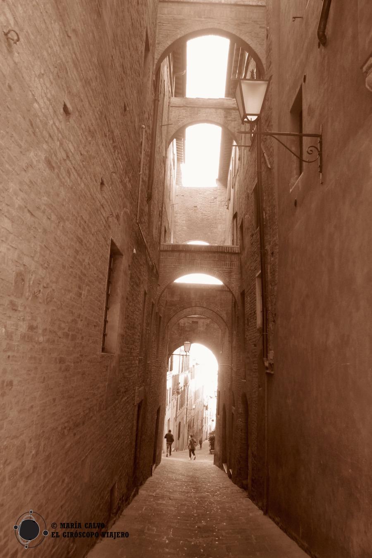 Célebre rue à arches à Sienne