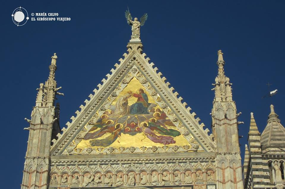 Fronton triangulaire avec une mosaïque, du Duomo de Sienne