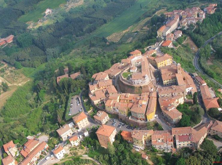 Centre ville fortifié de Lari.